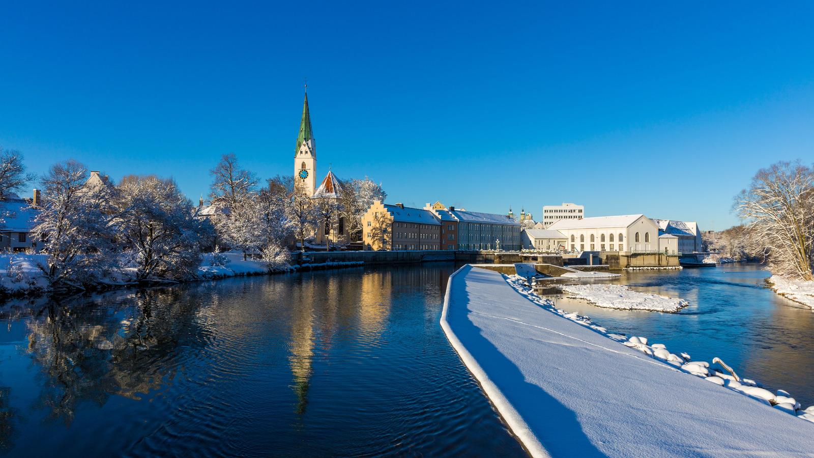 Blick auf die Iller und St.-Mang-Kirche im Winter