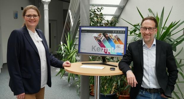 Sttefanie Schmitt und Michael Helm präsentieren Kemptens neue Tourismuswebsite
