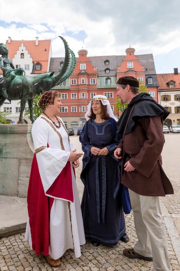 Stadtführer*innen in mittelalterlichen Kostümen
