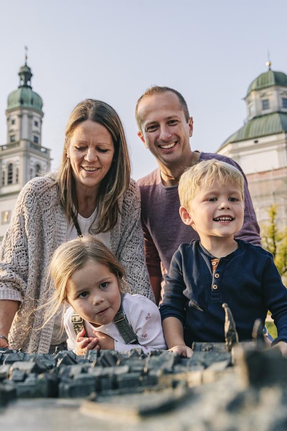 Familie am Stadtrelief von Kempten