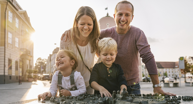 Familie am Stadtrelief
